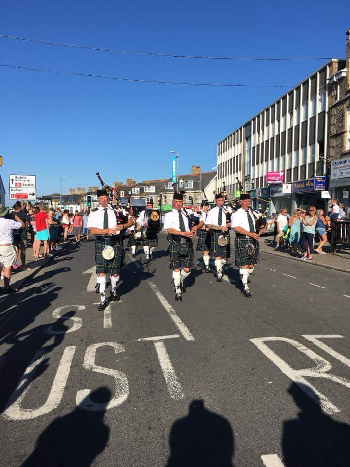 enow pipes and drums at newquay carnival 2018